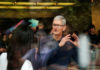 © Reuters. Apple CEO Tim Cook attends an Apple store in Shanghai