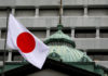 © Reuters. A Japanese flag flutters atop the Bank of Japan building in Tokyo