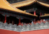 © Reuters. FILE PHOTO: Tourists visit the Forbidden City in central Beijing
