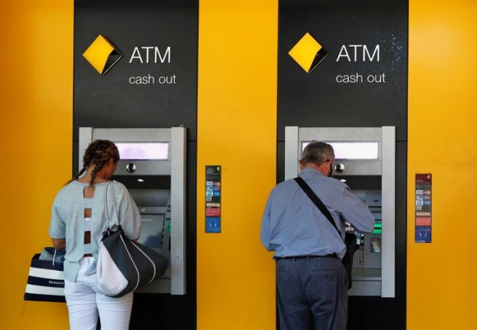 © Reuters. FILE PHOTO - People use Commonwealth Bank of Australia (CBA) bank ATMs in Sydney
