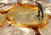 © Reuters. A small toy figure is seen on representations of the Bitcoin virtual currency in this illustration picture