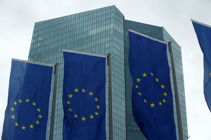 © Reuters.  Scrap deficit targets, focus on debt: EU fiscal advisers say
