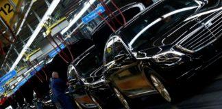 © Reuters. FILE PHOTO: Workers assemble Mercedes-Benz S-class models at their plant in Sindelfingen near Stuttgart
