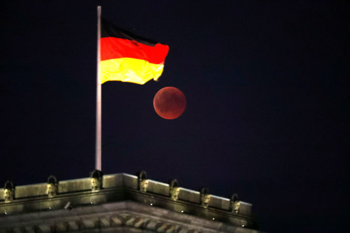 © Reuters.  German Private Sector Activity Falls To 41-Month Low in October