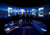© Reuters. FILE PHOTO: Visitors watch a 3D presentation during an exhibition on