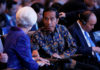 © Reuters. IMF Managing Director Christine Lagarde (L) talks to Indonesia President Joko Widodo during plenary session at International Monetary Fund - World Bank Annual Meeting 2018 in Nusa Dua