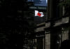 © Reuters. FILE PHOTO: A Japanese flag flutters on the Bank of Japan building in Tokyo