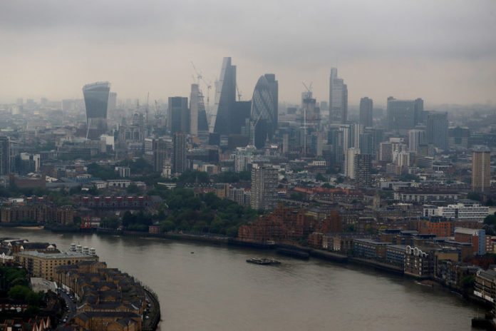© Reuters. FILE PHOTO: The City of London is seen from Canary Wharf