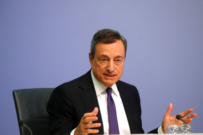 © Reuters. FILE PHOTO: ECB President Draghi speaks during news conference following the governing council