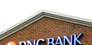 © Reuters. FILE PHOTO: The logo above a PNC Bank is shown in Charlotte