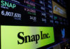 © Reuters. FILE PHOTO: A logo of Snap is displayed on a monitor above the floor of the New York Stock Exchange shortly after the opening bell in New York