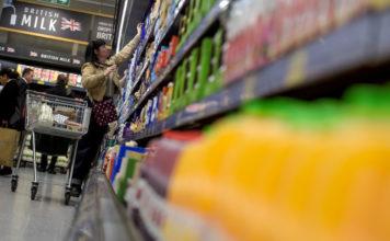 © Reuters. People shop in an Aldi store in London