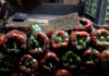 © Reuters. A sign displaying price of peppers is seen at a stall in a municipal market in Caracas