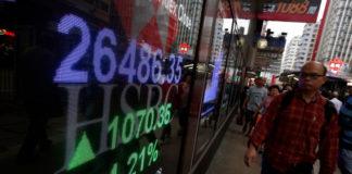 © Reuters. FILE PHOTO: A panel displays the closing Hang Seng Index in Hong Kong