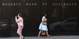 © Reuters. FILE PHOTO:  Two women walk next to the Reserve Bank of Australia headquarters in central Sydney