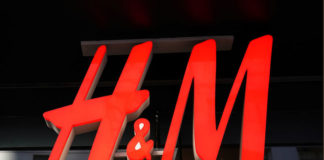 © Reuters. FILE PHOTO:  An H&M sign is pictured during Black Friday shopping in New York City