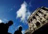 © Reuters. FILE PHOTO: People pass the Bank of England in the City of London