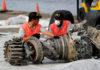 © Reuters. FILE PHOTO: KNKT officials examine a turbine engine from the Lion Air flight JT610 at Tanjung Priok port in Jakarta