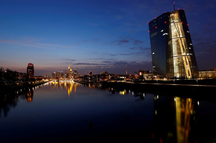 © Reuters. FILE PHOTO: The headquarters of the European Central Bank and the Frankfurt skyline with its financial district are photographed on early evening in Frankfurt