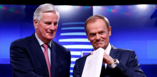 © Reuters. EU chief Brexit negotiator Barnier meets European Council President Tusk to hand over the Brexit draft text in Brussels