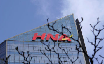 © Reuters. FILE PHOTO: A HNA Group logo is seen on the building of HNA Plaza in Beijing