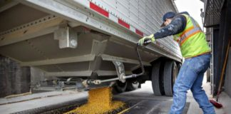 © Bloomberg. A worker unloads corn from a grain truck at the Michlig Grain LLC elevator in Sheffield, Illinois, U.S., on Tuesday, Oct. 2, 2018. Having all three North American countries agree on a trade deal has given traders and farmers reassurance that some flows of agricultural goods won