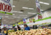 © Reuters. FILE PHOTO: Customers look at the prices at a supermarket in Rio de Janeiro