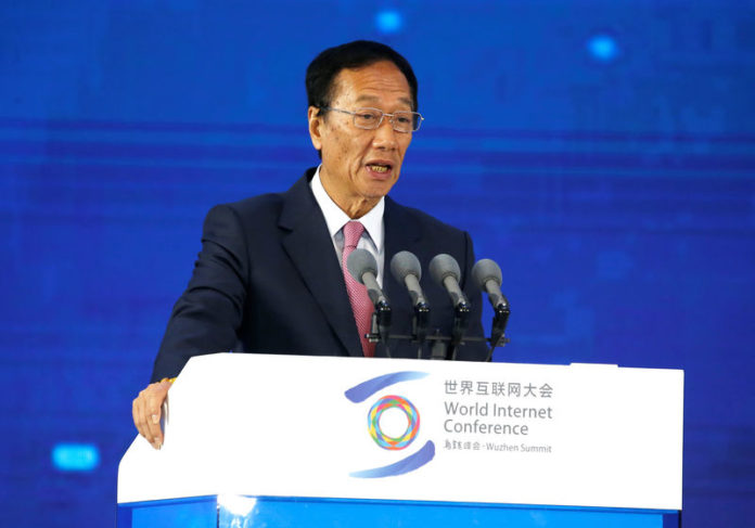 © Reuters. Terry Gou, founder and chairman of Foxconn, attends a forum on industrial internet at the fifth WIC in Wuzhen