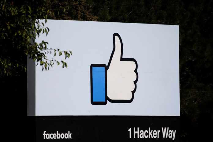 © Reuters. FILE PHOTO: The entrance sign to Facebook headquarters is seen in Menlo Park