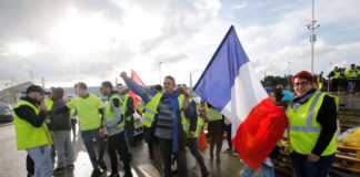 © Reuters. A demonstrator wearing yellow vests, a symbol of a French drivers