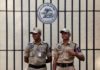 © Reuters. Security guards stand next to the logo of Reserve Bank of India inside its headquarters in Mumbai
