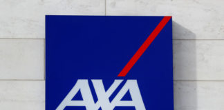 © Reuters. FILE PHOTO: Logo of insurer Axa is seen at the entrance of the company