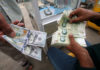 © Reuters. Iranian rials, U.S. dollars and Iraqi dinars are seen at a currency exchange shopÊin Basra