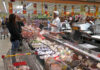 © Reuters. People are seen in a Conad grocery shop in Rome