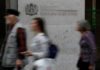 © Reuters. People walk past the entrance of the London Stock Exchange in London