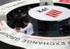 © Reuters. Employees of the Tokyo Stock Exchange work at the bourse in Tokyo