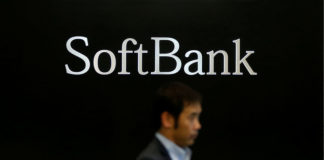 © Reuters. FILE PHOTO - The logo of SoftBank Group Corp is seen at the company