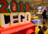 © Reuters. Children look at Lego boxes at a Lego store in Beijing