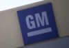 © Reuters. FILE PHOTO - Logo of General Motors is pictured at its plant in Silao