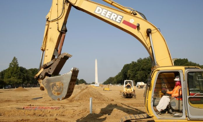 © Reuters. FILE PHOTO: Construction vehicles on the National Mall in Washington