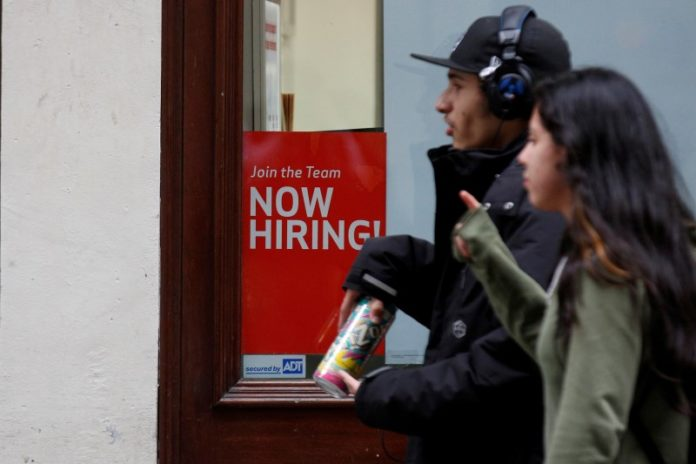 © Reuters.  U.S. Jobless Claims Fall by 1,000 Last Week