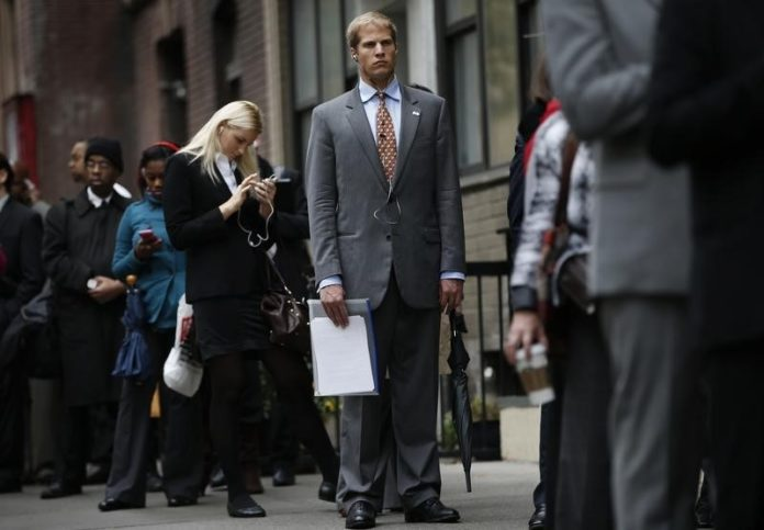 © Reuters.  U.S. Jobless Claims Fall to 214,000 Last Week