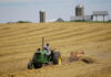 © Reuters. FILE PHOTO - A farmer harvests his field at his farm in Pecatonica