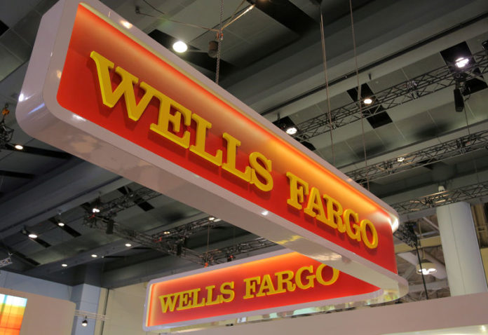 © Reuters. FILE PHOTO: A Wells Fargo logo is seen at the SIBOS banking and financial conference in Toronto