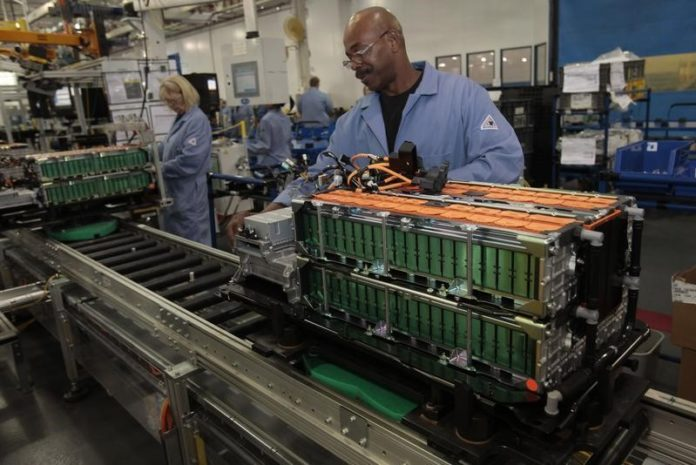 © Reuters.  Another Fed Factory Gauge Declines in Sign Growth Is Moderating