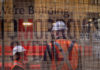 © Reuters. FILE PHOTO - Construction workers on Sydney