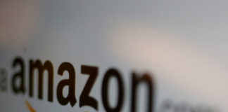 © Reuters. FILE PHOTO: Amazon logo is pictured in Mexico City