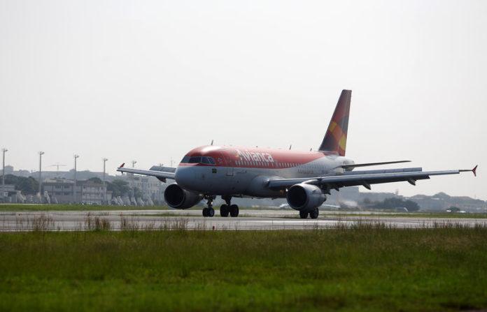 © Reuters. Avianca Brasil Airbus A319 plane lands at Santos Dumont Airport in Rio de Janeiro