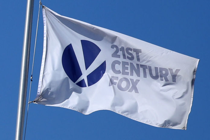© Reuters. The Twenty-First Century Fox Studios flag flies over the company building in Los Angeles