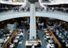 © Reuters. FILE PHOTO: Office workers take their lunch at a food court in Sydney